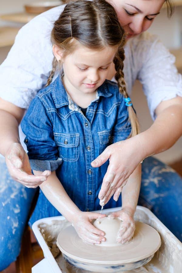 Argile créatif de fille d'art de loisirs de poterie de passe-temps d'enfant photos libres de droits