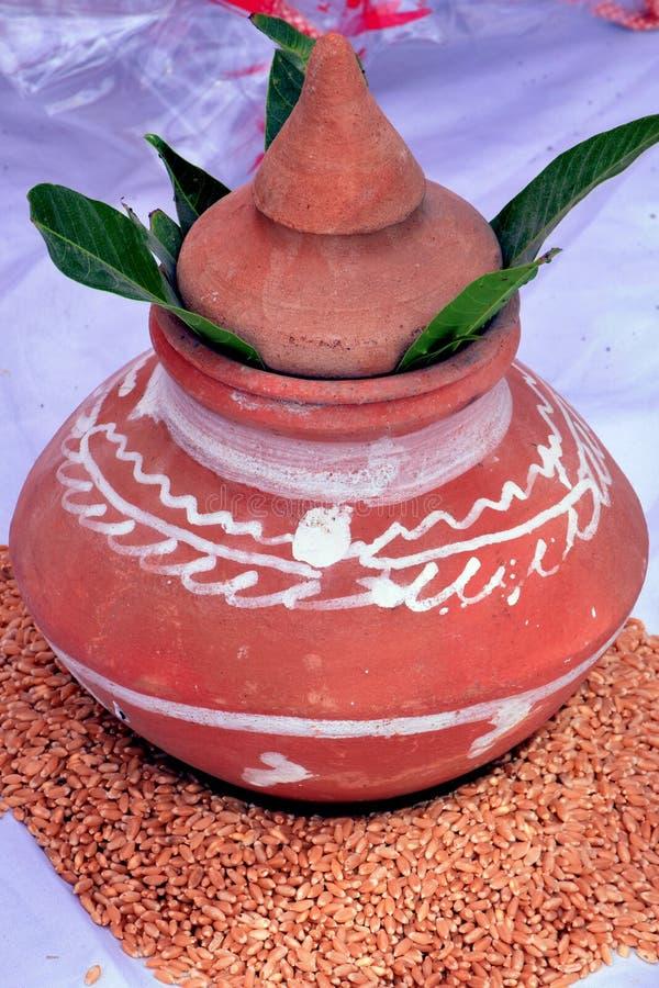 Argile de boue placée sur une pile de tradition blé_indien images stock