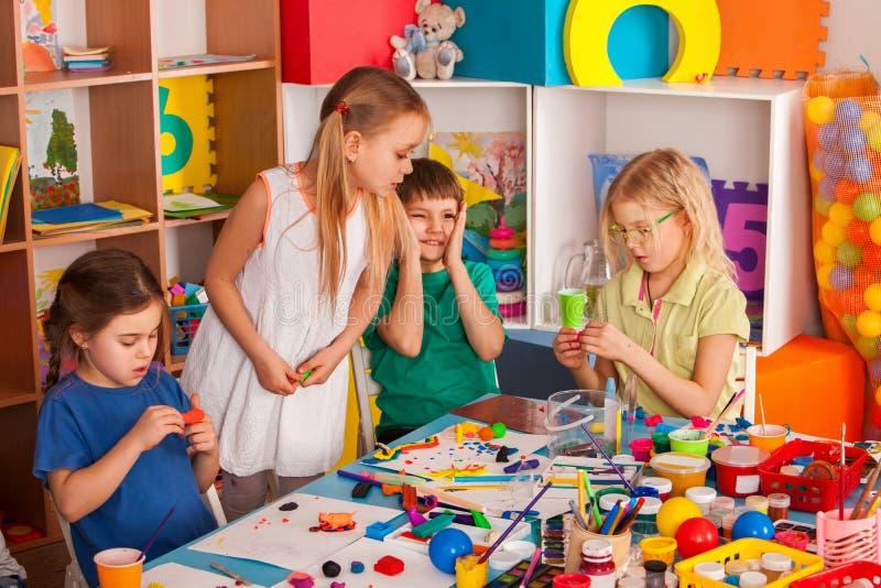 Argile de pâte à modeler chez la classe des enfants Le professeur enseigne à l'école images libres de droits
