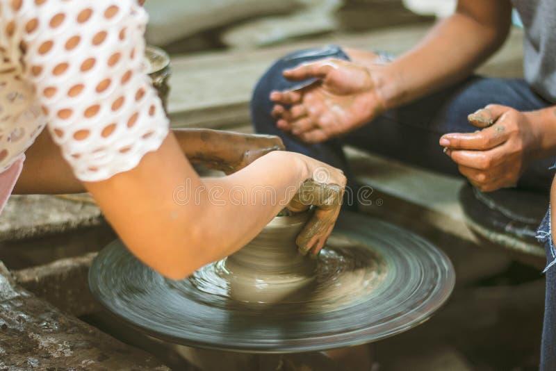 Argile faisant l'atelier, femmes à l'aide de la roue de poterie photographie stock libre de droits