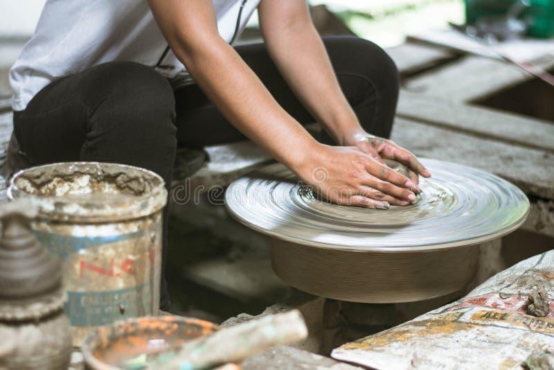 Argile faisant l'atelier, femmes ? l'aide de la roue de poterie photos libres de droits