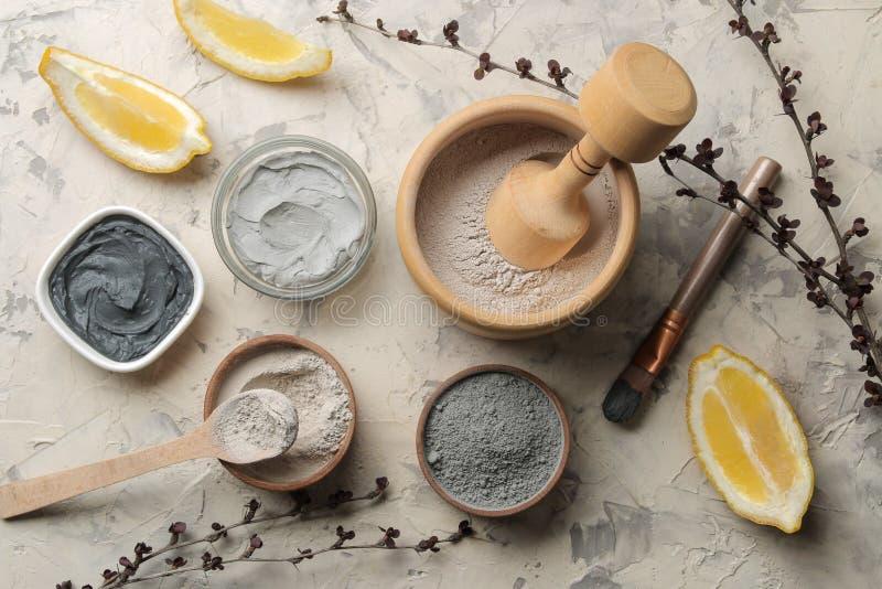 Argilla cosmetica maschera facciale dell'argilla su un fondo leggero tipi differenti di argille cosmetici naturali per le procedu fotografia stock libera da diritti