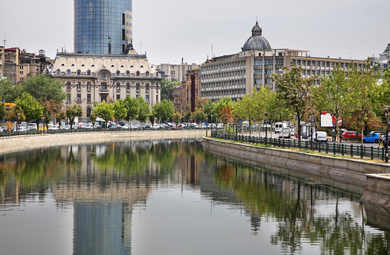 Argine del fiume di Dambovita a Bucarest Romania immagini stock