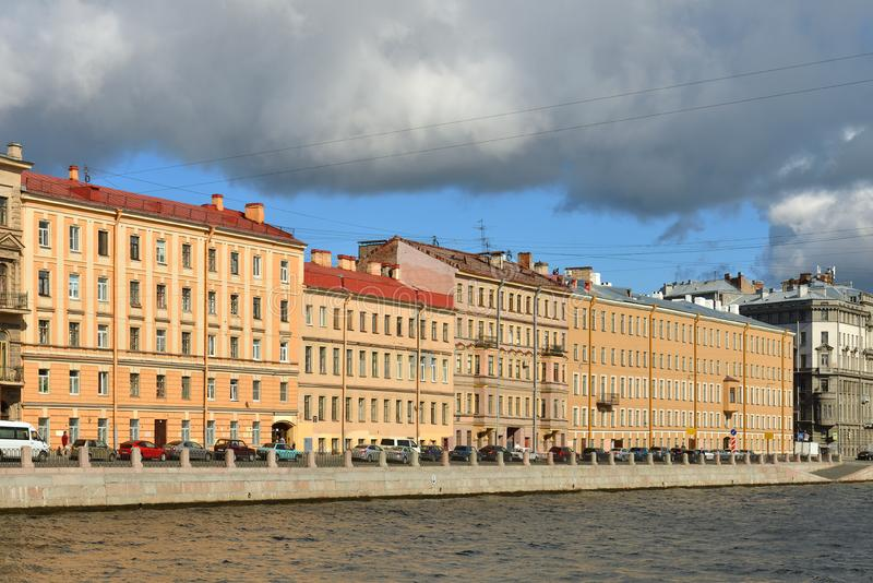 Argine del fiume di Fontanka e di vecchie precedenti case proficue in autunno St Petersburg immagine stock