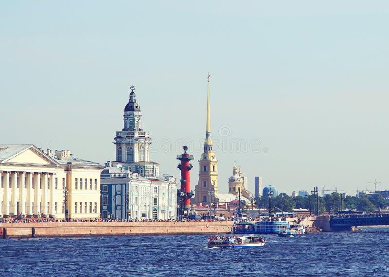 Argine del fiume di Neva a St Petersburg, Russia immagine stock libera da diritti