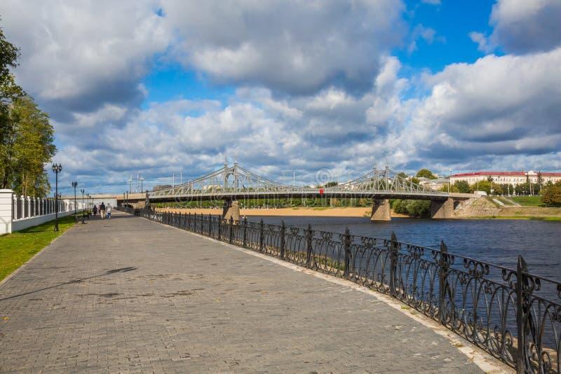 Argine del fiume Volga in Tver', Russia Strada il vecchio ponte di Volga sull'orizzonte Paesaggio pittoresco del fiume fotografie stock libere da diritti
