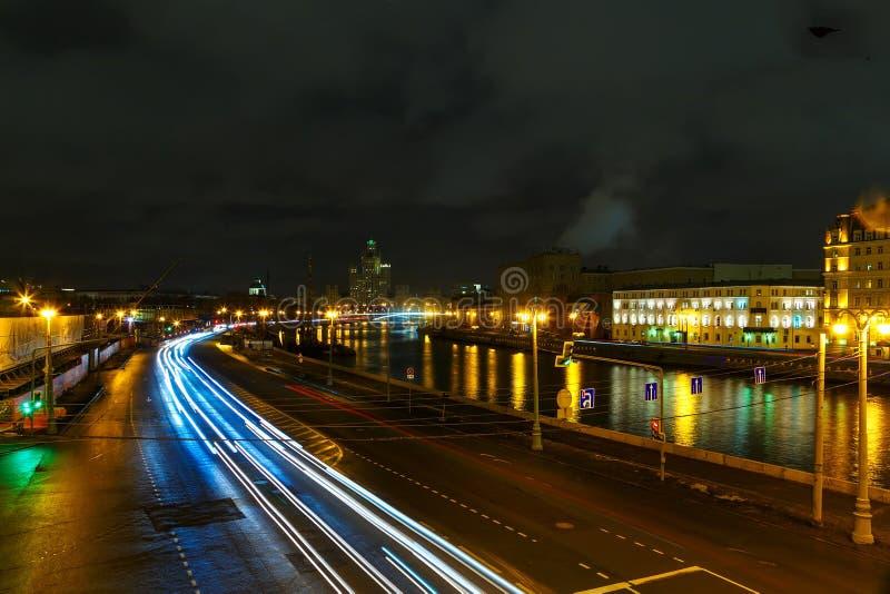 Argine della notte di Mosca, l'oscurità con le tracce di luce dalle automobili immagini stock