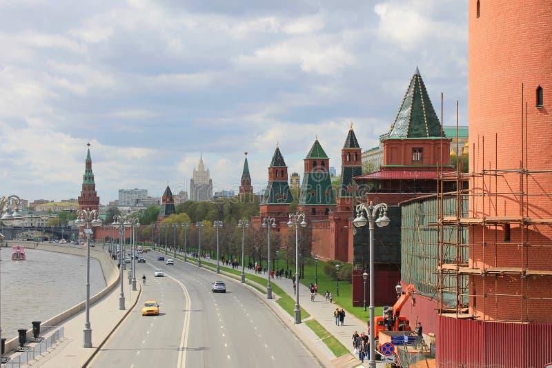 Argine di Cremlino a Mosca che trascura il fiume e le attrazioni principali della capitale russa fotografia stock libera da diritti