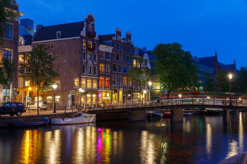 Argine e canale di Amsterdam alla notte fotografie stock libere da diritti