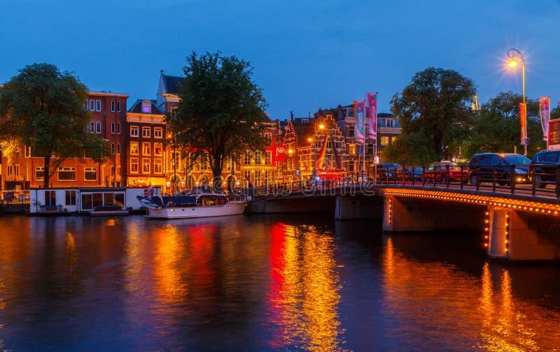 Argine e canale di Amsterdam alla notte fotografia stock libera da diritti