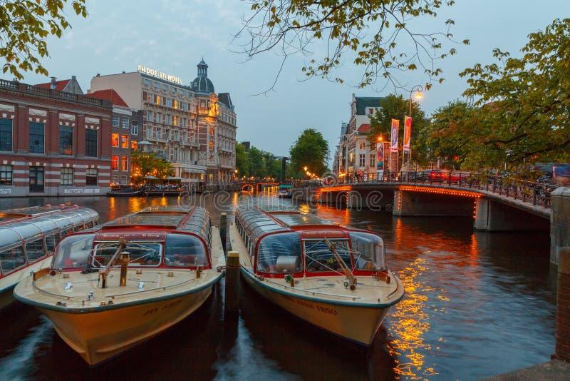 Argine e canale di Amsterdam alla notte fotografia stock