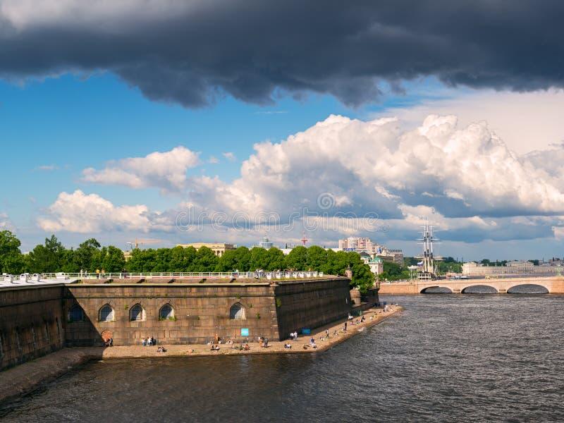 Argine vicino a Peter ed a Paul Fortress a St Petersburg fotografia stock libera da diritti