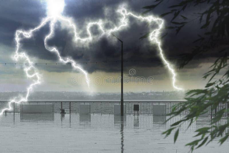 Argine vuoto della città sotto pioggia persistente con i fulmini fotografia stock libera da diritti