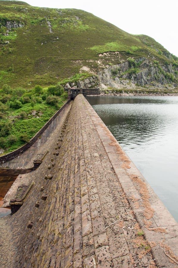 Argini la parte anteriore vicino alla città di Rhayader nella valle di slancio di Galles fotografia stock libera da diritti