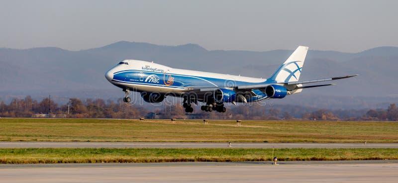 Argo dżetowy samolot Boeing 747-BF AirBridgeCargo linie lotnicze ląduje Lotnictwo i transport obrazy stock