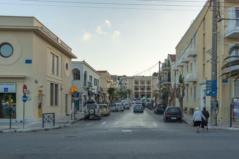 ARGOSTOLI, KEFALONIA, GRÉCIA - 25 DE MAIO DE 2015: Opinião do por do sol da rua na cidade de Argostoli, Kefalonia, Grécia imagem de stock royalty free