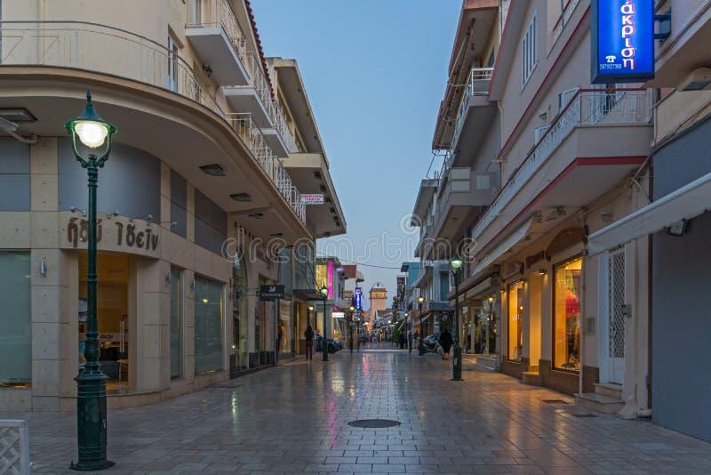 ARGOSTOLI, KEFALONIA, GRÉCIA - 26 DE MAIO DE 2015: Panorama do por do sol da rua principal na cidade de Argostoli, Kefalonia, Gre imagens de stock