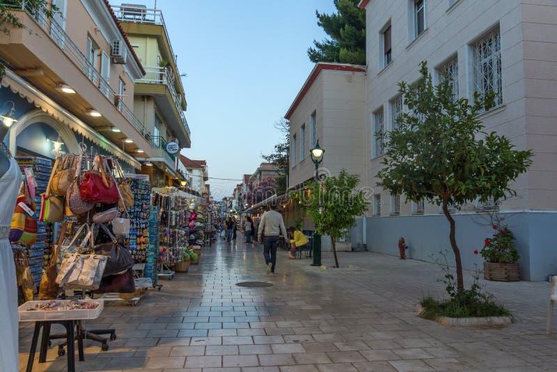 ARGOSTOLI, KEFALONIA, GRIEKENLAND - MEI 25 2015: Verbazende Zonsondergangmening van hoofdstraat in stad van Argostoli, Kefalonia stock afbeelding