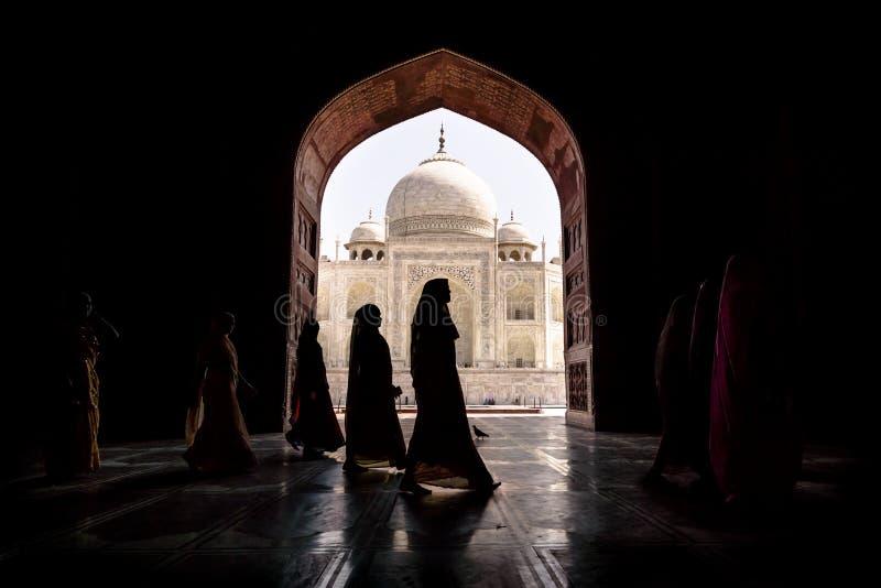 Argra, Taj Mahal, Indien - 3. März 2012: Frauen in traditionellem sar lizenzfreie stockbilder