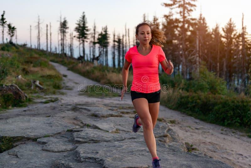 Argt land för kvinna som kör i berg på sommar fotografering för bildbyråer