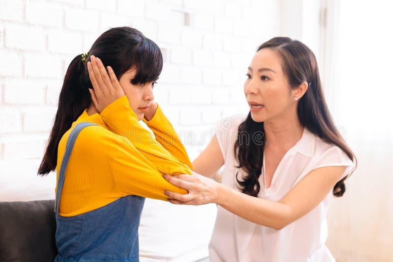 Argument entre la fille adolescente asiatique contrariée et la mère âgée moyenne bouleversée images stock