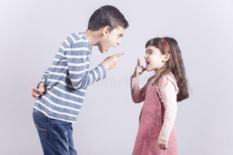Argumentação do irmão e da irmã fotografia de stock royalty free