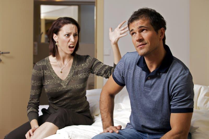 Argumentação nova com seu marido na sala de hotel foto de stock
