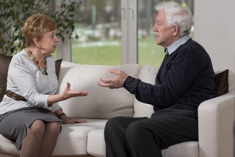 Argumentation âgée de couples images stock