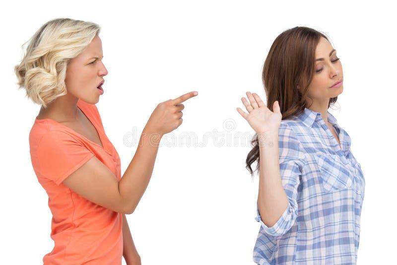 Argumentation de deux amis images stock