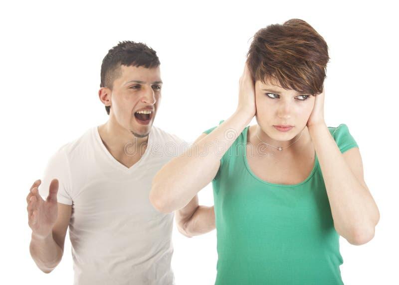 Argumentation de jeune homme et de femme image stock