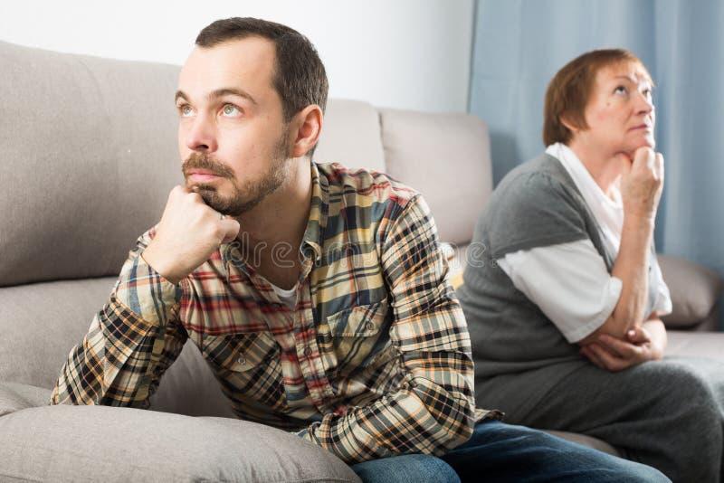 Argumentera för moder och för son arkivfoto