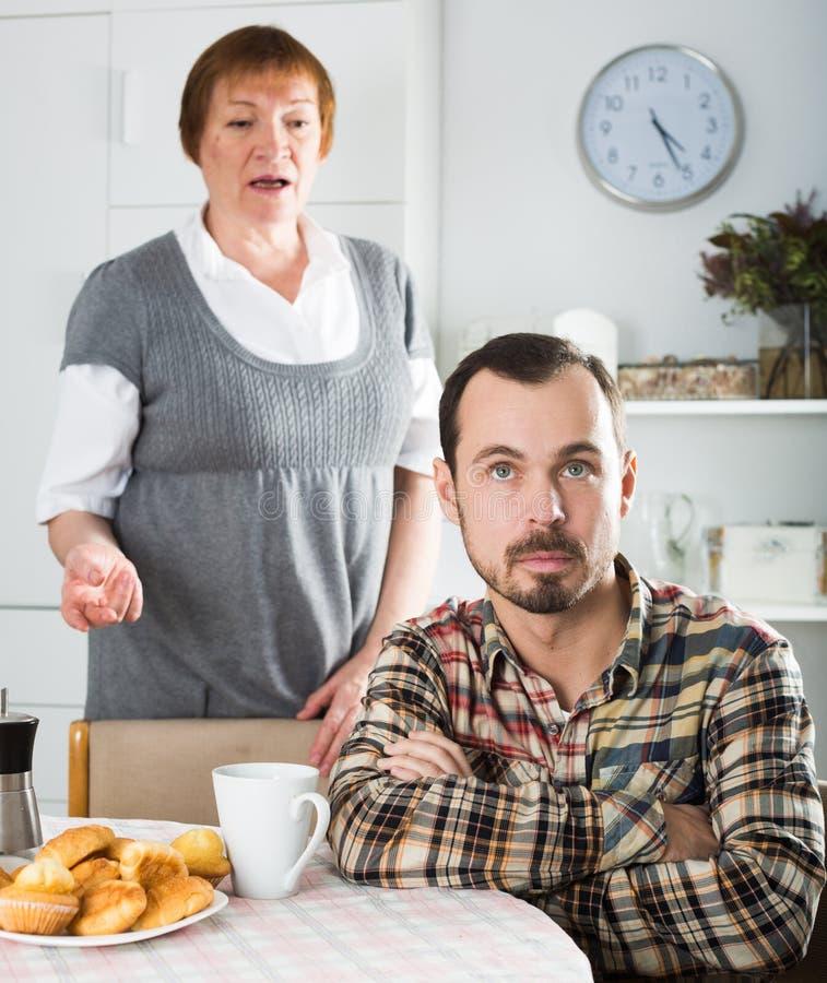 Argumentera för moder och för son arkivfoton
