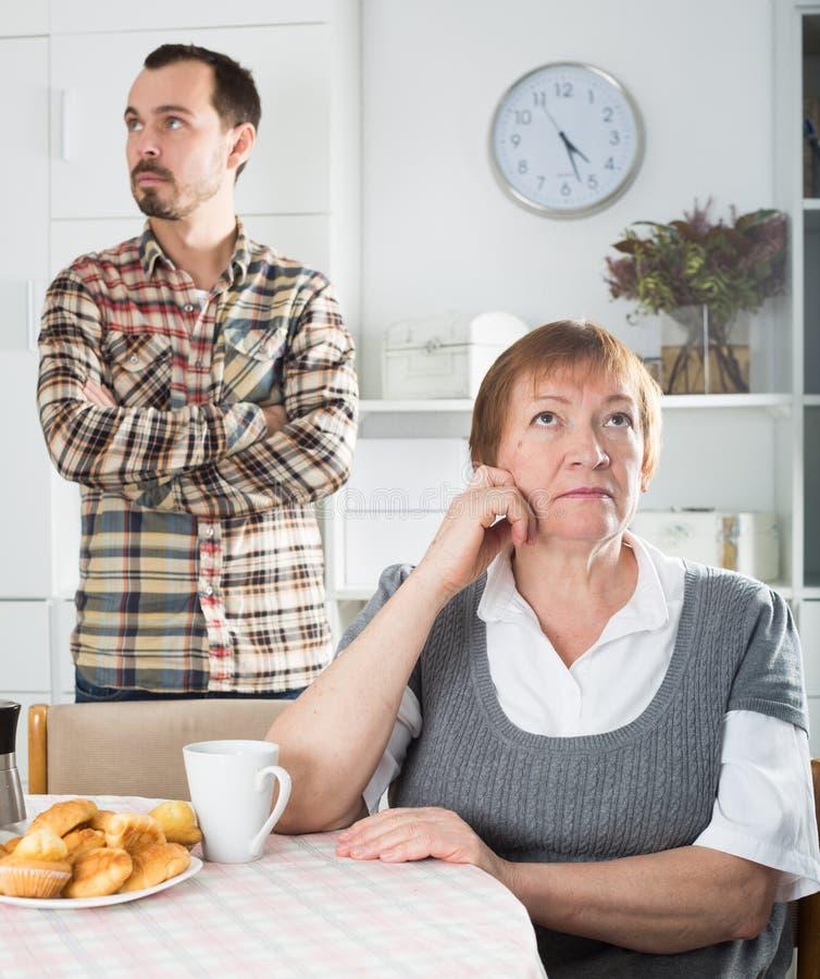 Argumentera för moder och för son royaltyfria bilder