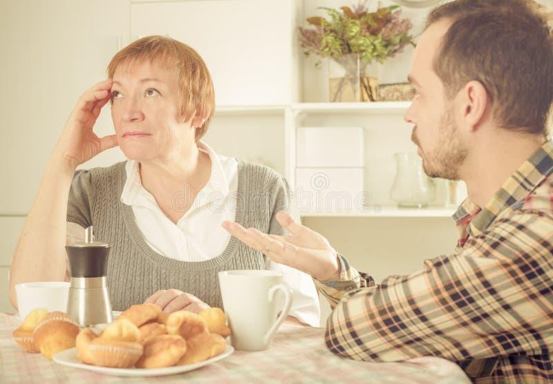 Argumentera för moder och för son royaltyfria foton