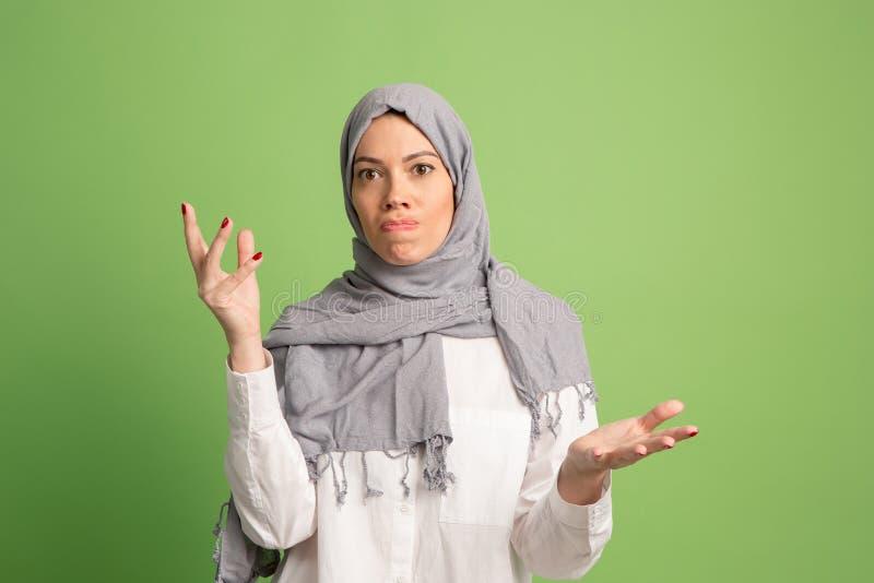 Argumentera och att argumentera begrepp arabisk kvinna i hijab Stående av flickan som poserar på studiobakgrund royaltyfri foto