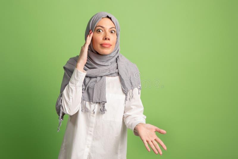 Argumentera och att argumentera begrepp arabisk kvinna i hijab Stående av flickan som poserar på studiobakgrund arkivfoto