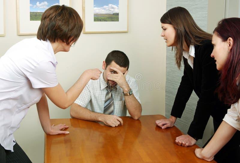 Argumentierung im Büro lizenzfreie stockfotos