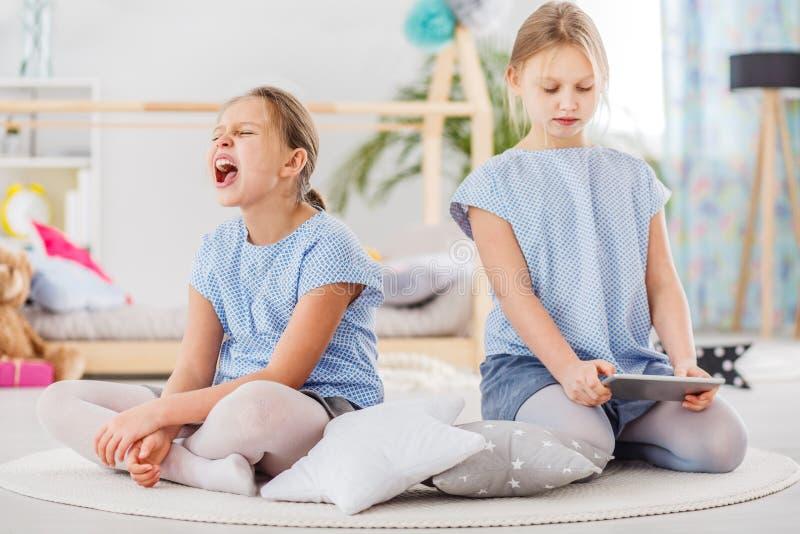 Argumentierung mit zwei kleinen Mädchen stockfotos