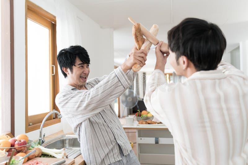 Argumento do homem com seu noivo fotografia de stock
