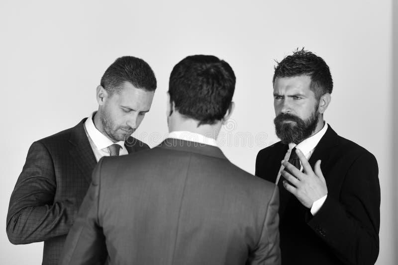 Argumento e conceito do negócio Homens com barba e as caras duvidosas imagem de stock