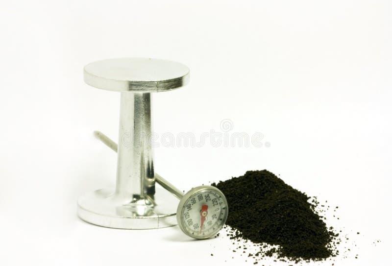 Argumentos del café express con el pisón y el termómetro imagen de archivo libre de regalías