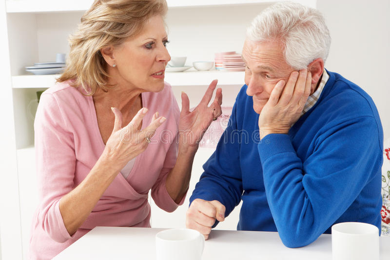 argumentpar som har pensionären royaltyfri fotografi