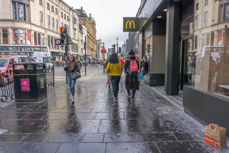 Argyle Street Glasgow Busy With gångare och trafik royaltyfria bilder