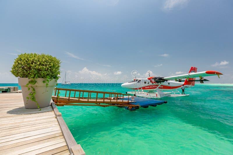 05 07 2018 - Ari Atoll, Maldive: Scena esotica con l'idrovolante su atterraggio del mare delle Maldive Vacanza o festa nel fondo  fotografia stock libera da diritti