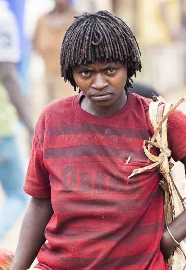 Ari kvinna på bymarknaden Bonata Omo dal ethiopia arkivbilder