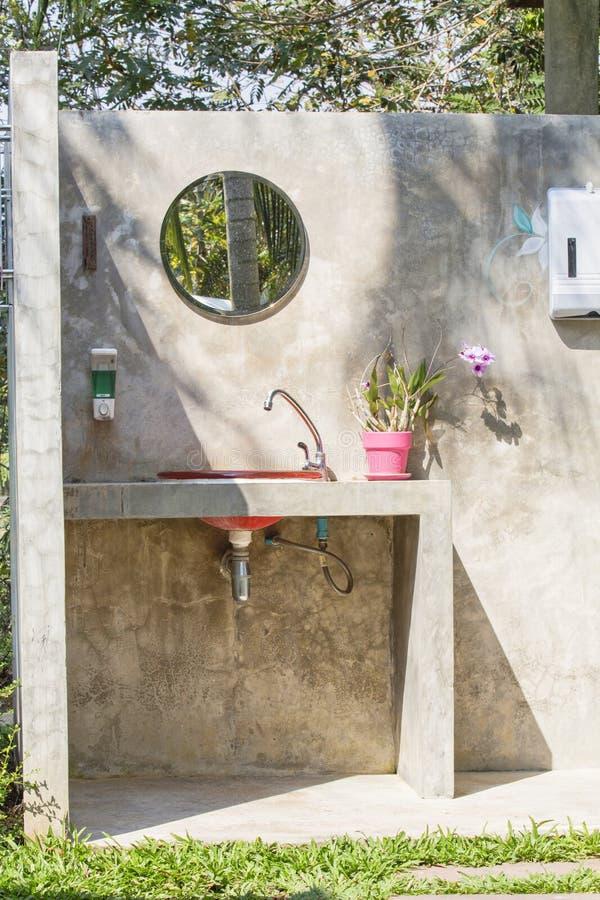 Aria aperta della toilette e del lavabo immagine stock libera da diritti