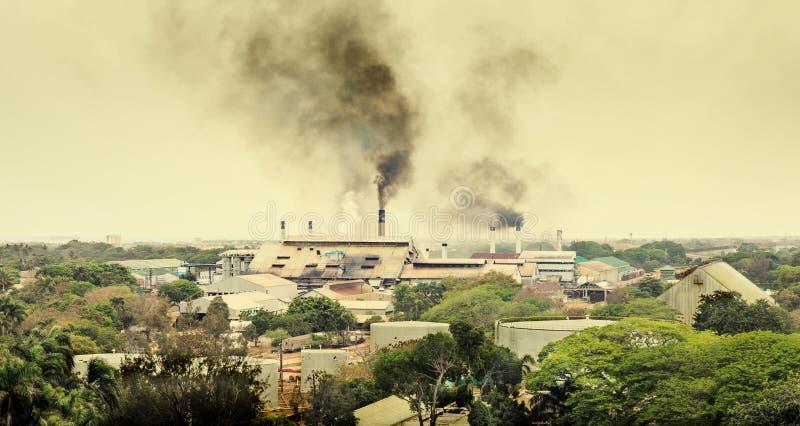 Aria di inquinamento della fabbrica e produrre l'anidride carbonica fotografie stock