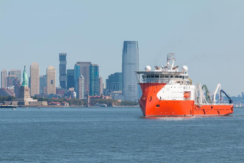 Ariadne Multi Purpose Offshore Vessel op Hudson River Mening van New Jersey op achtergrond stock fotografie