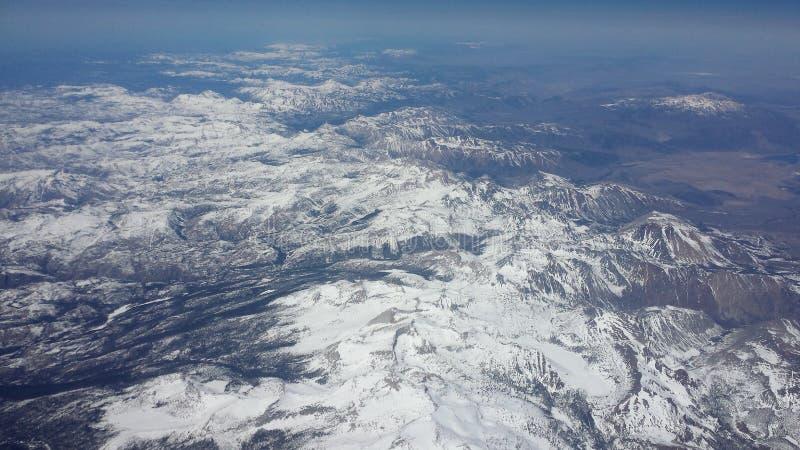 Arial-Ansicht, die unten über Snowy-Bergen 2 schaut stockfoto