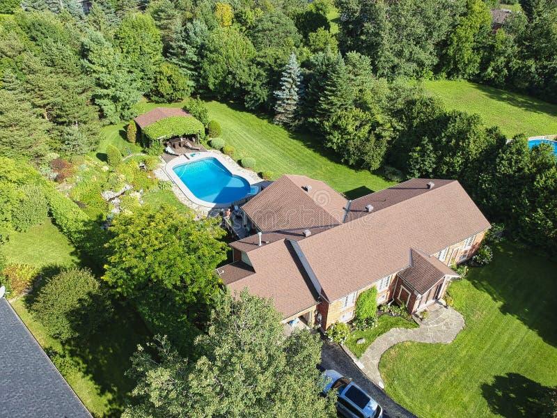 Arial-Ansicht eines Hauses mit einem Pool stockfoto